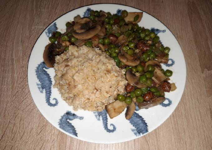 Poêlée de champignons, petits pois et noisettes et porridge salé