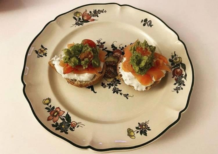 Le moyen le plus simple de Cuire Délicieux Pain avec fromage blanc,saumon fumé,avocat et tomates cerises