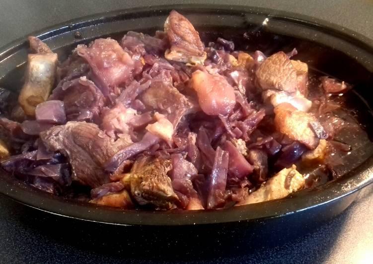 Épaule de porc, chou rouge et pommes en cocotte