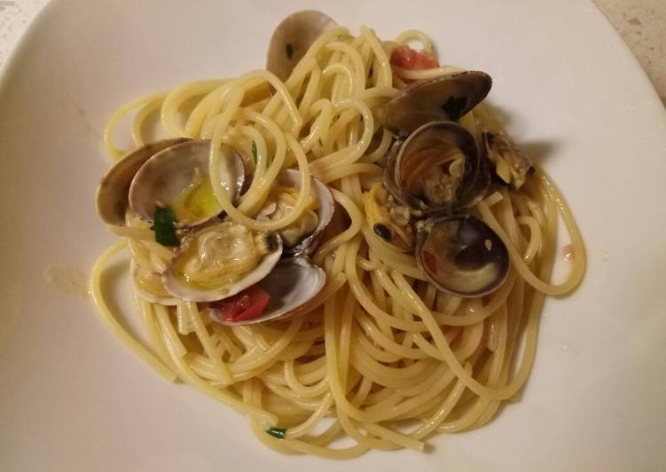 Try Using Food to Boost Your Mood Spaghetti with vongole (clams) and fresh tomatoes