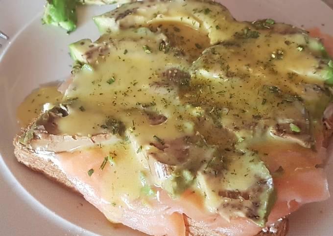 Lachs-Avocado-Toast mit Honig-Senf-Soße