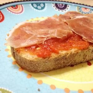 Merienda para niños: tostada con tomate y jamón