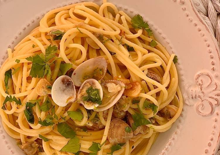 Espaguetis con almejas, cilantro y lima