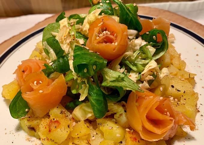 Lachsröschen auf Kartoffelwürfel und Chinakohlsalat