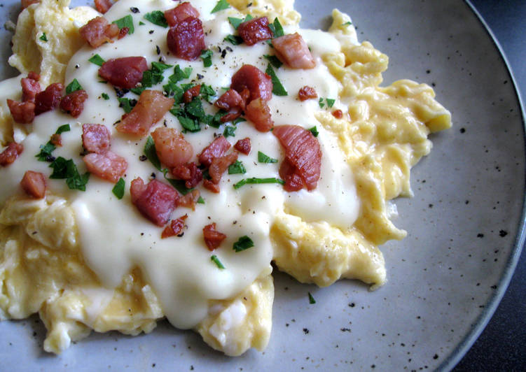 How to Prepare Super Quick Homemade Scrambled Eggs & Cheesy White Sauce