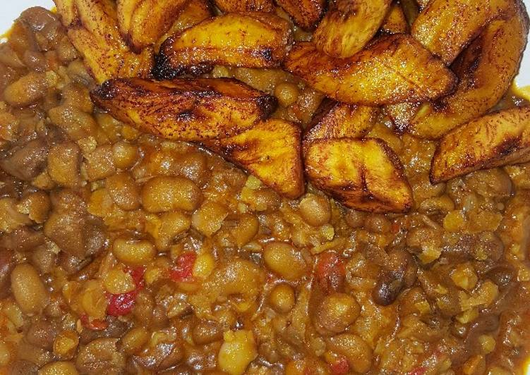 Spicy mashed beans with fried plantain