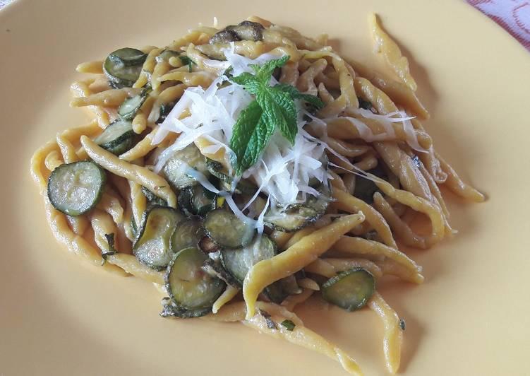Trofie alla curcuma con zucchine provolone e menta