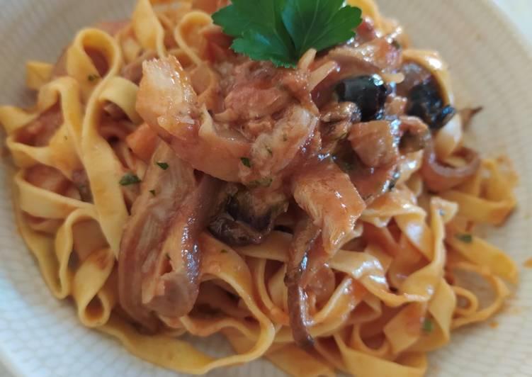 Ricetta Tagliatelle con straccetti di funghi, pomodori e olive