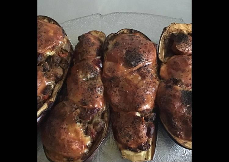 Recette Délicieuse Aubergines farcies saucisses Strasbourg champignons poivrons épices cajun et scamorza grillée