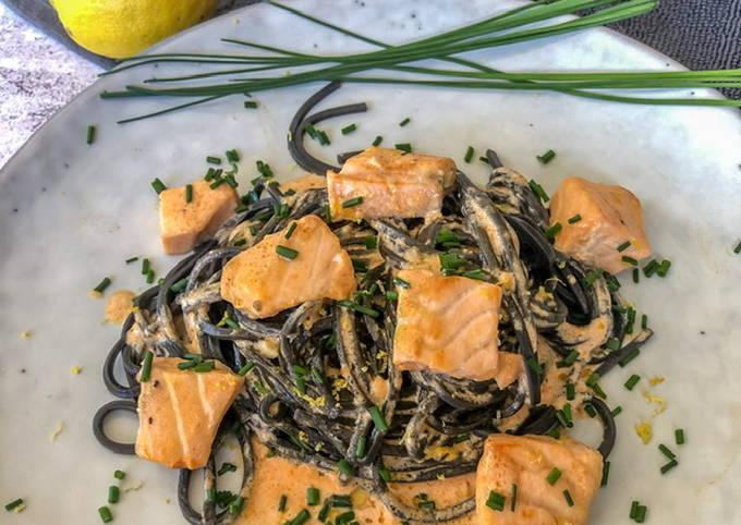 Schwarze Spaghetti mit Lachs