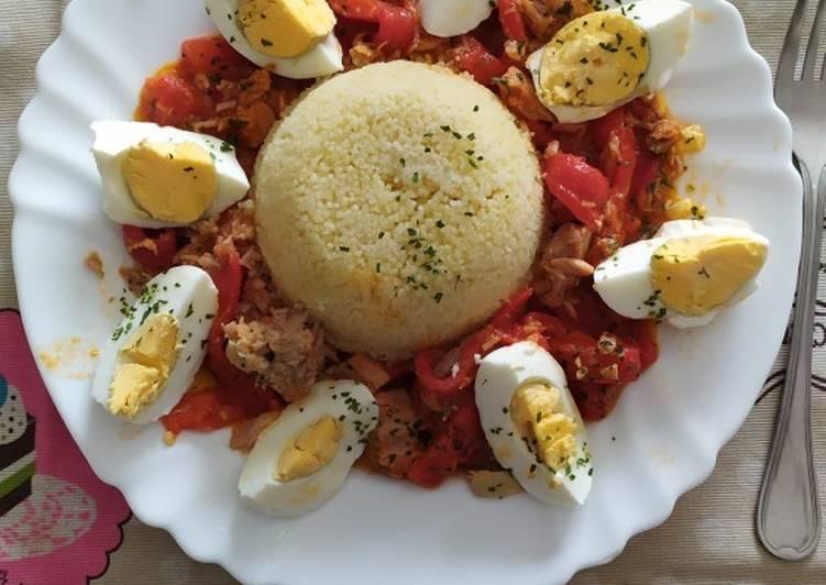 Cuscús con tomate pimientos piquillo atún y huevo