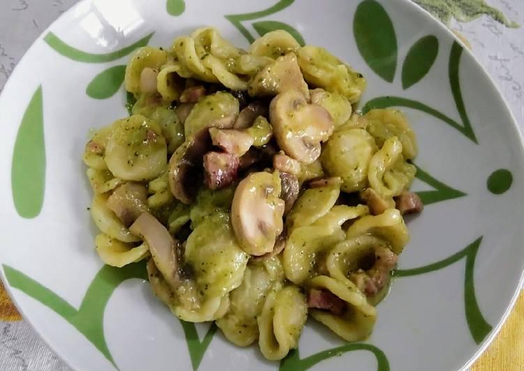 Ricetta Orecchiette con crema di zucchine, pancetta e funghi champignon