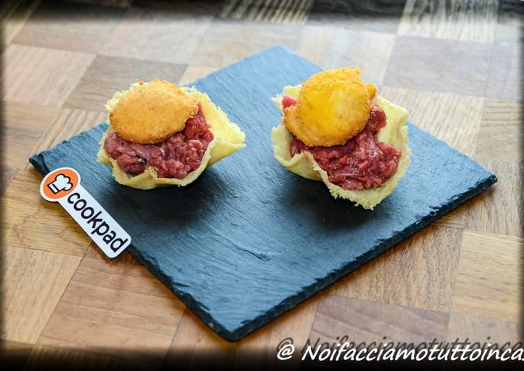 Finger Food -Battuta di fassona in cestino di parmigiano con tuorlo d'uovo fritto