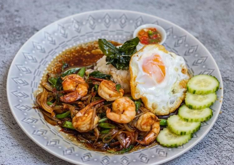 Spicy Thai Basil Prawns (Pad Krapow Guung)