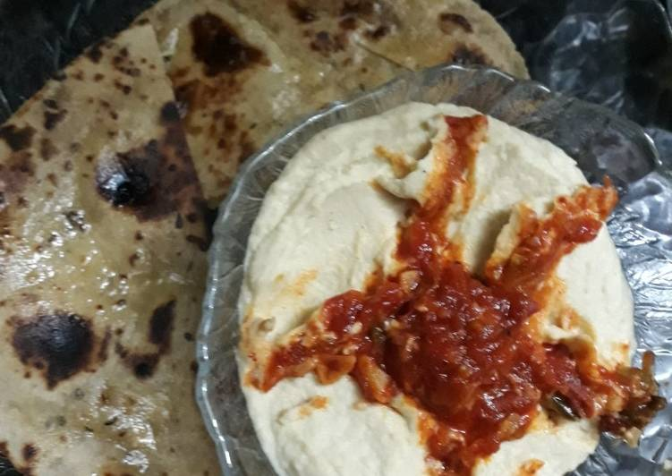 Hummus with whole wheat pita bread and tomato chutney