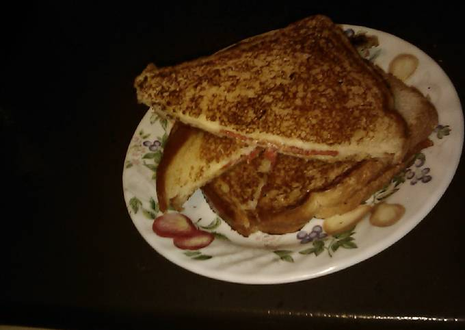 Recipe of Favorite Grilled cheese and pepperoni 🍕 pizza sandwich