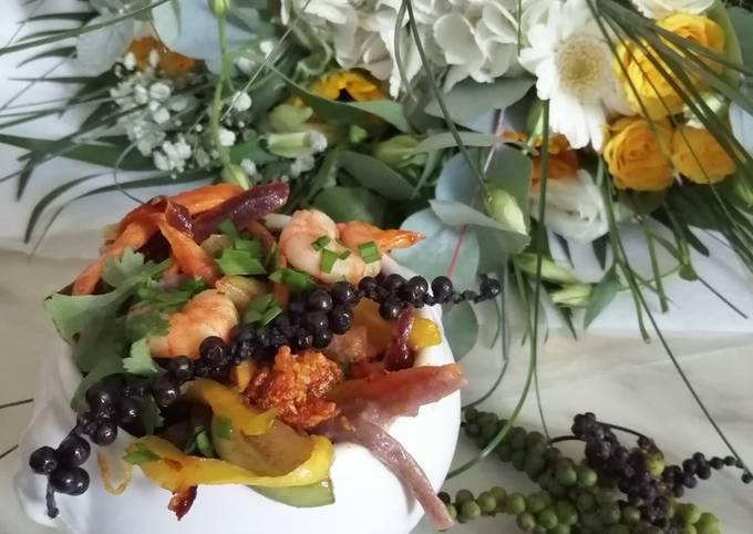 Nouilles de riz noir crevettes. Young Black pepper