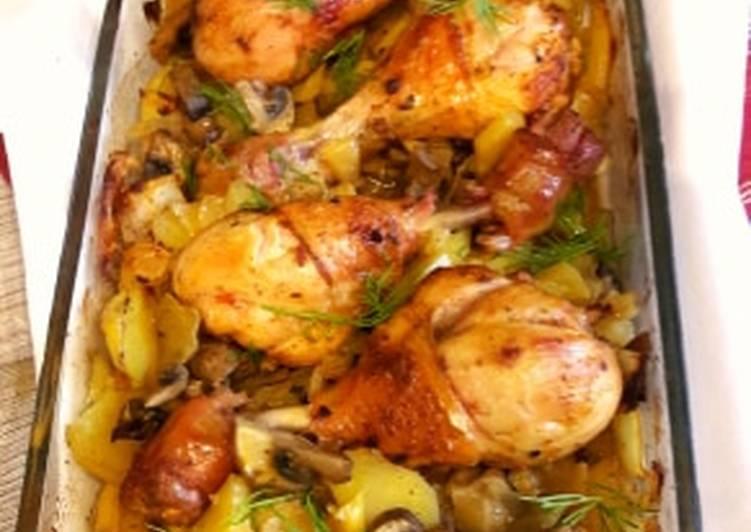 Kurczak pieczony na ziemniakach z kapustą i pieczarkami