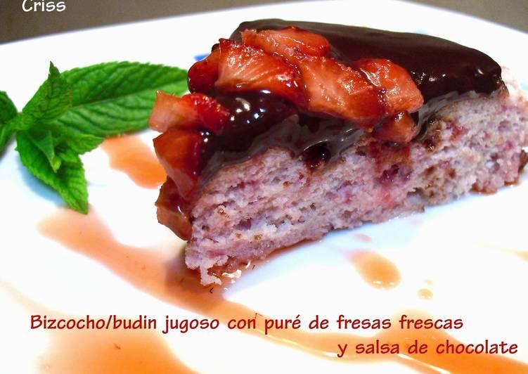 Bizcocho Budin Jugoso Con Salsa De Fresas Frescas Y Salsa De