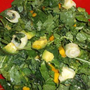Ensalada de rúcula, espinaca, palmito, mango y aguacate (palta)