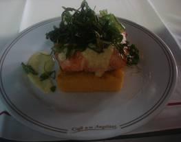 Taco de salmón al Chardonay sobre pave de polenta y rúcula frita