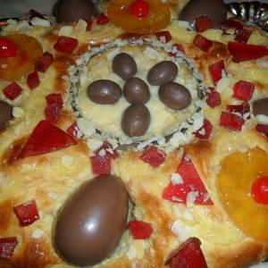 Rosca de Pascua con huevos de chocolate