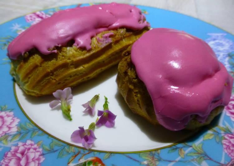 Pasteles choux y éclairs rellenos de caramelo y cubiertos de glasa