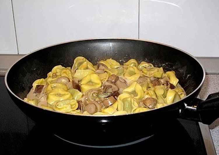 Wok De Tortellini De Espinacas Con Setas En Salsa De