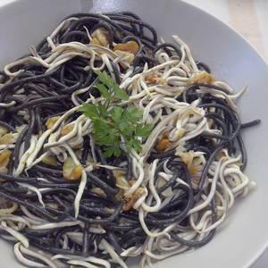 Espagueti al nero di sepia (pasta negra) con gulas