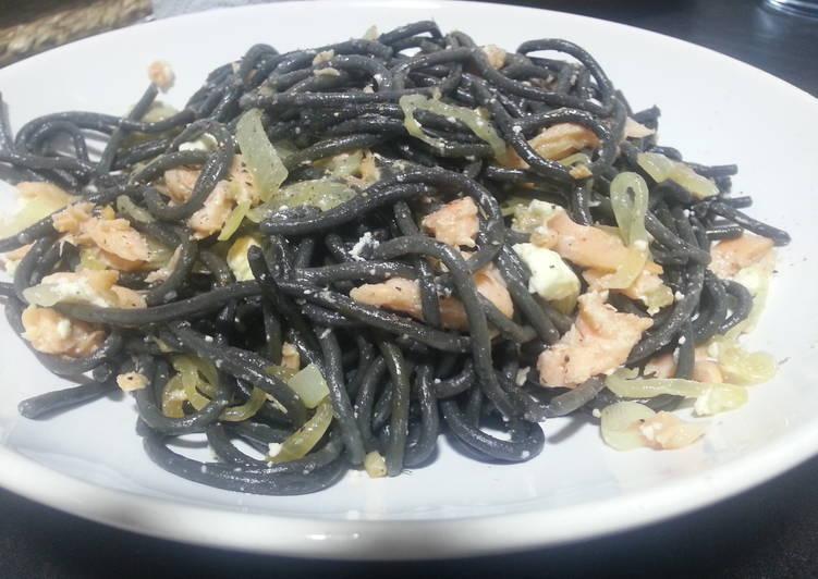 Espaguetis al nero di sepia con salmón ahumado y queso feta