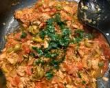 Makaron z sosem z tuńczyka i świeżych malinowych pomidorów krok przepisu 2 zdjęcie