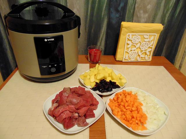 Хорошо моем мясо, удаляем прожилки по необходимости. Режем говядину и овощи небольшими кусочками