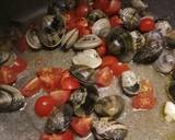 Spaghetti with vongole (clams) and fresh tomatoes recipe step 2 photo